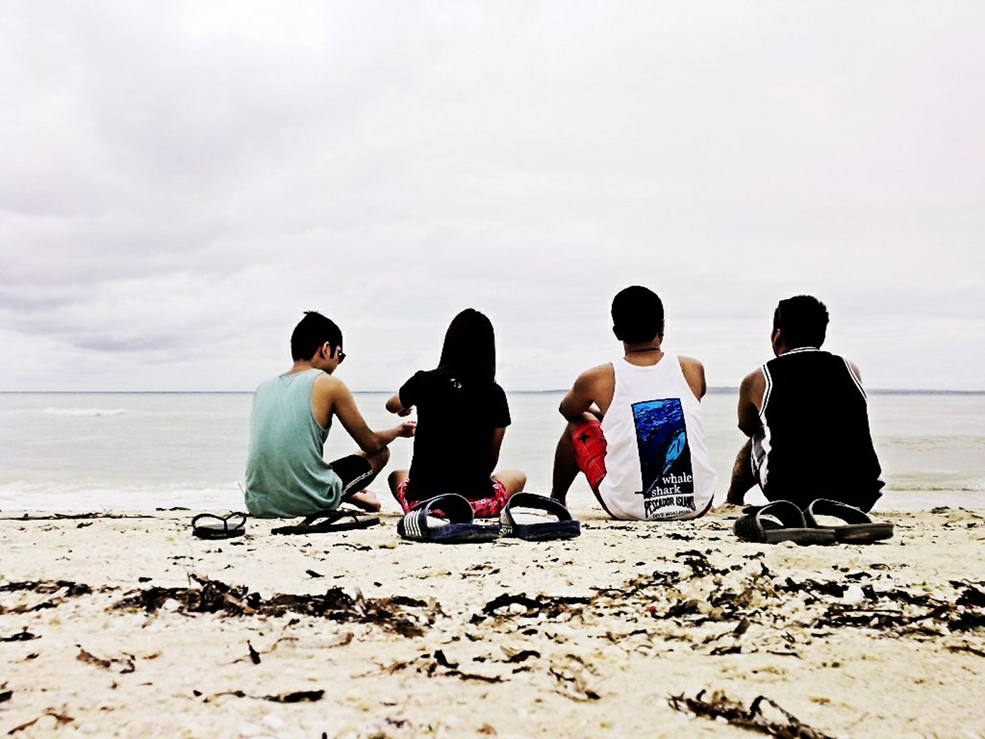 beach-group-friends-backpackers